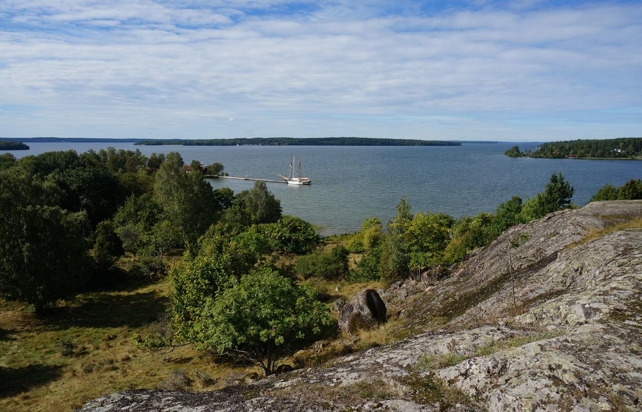 Photo: Vikingastaden Birka på Björkö. Adelsö socken, Ekerö kommun, Uppland. 20160830. Utsikt från fornborgen mot Ångholmen. © Sven Olsson (e-post: kosmografiska@gmail.com)