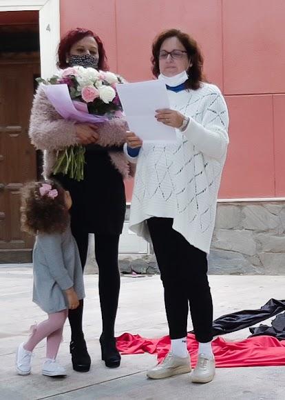 Con flores Ana Belmonte y de blanco Encarna Belmonte, su hermana.