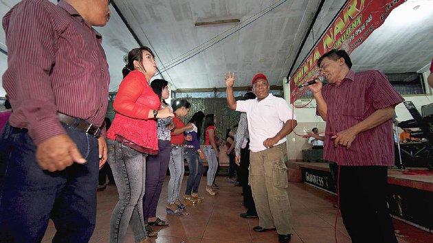 Tamu undangan pernikahan di Rumah Kawin 9 Saudara ikut menari Sipatmo atau cokek di Tangerang, Banten, Sabtu (14/3). Tari cokek diiringi gambang keromong sebagai perpaduan budaya Betawi dan Tionghoa.