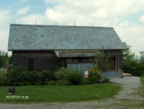Photo: Maison faite de matériaux recyclés sur le mont Arthabaska