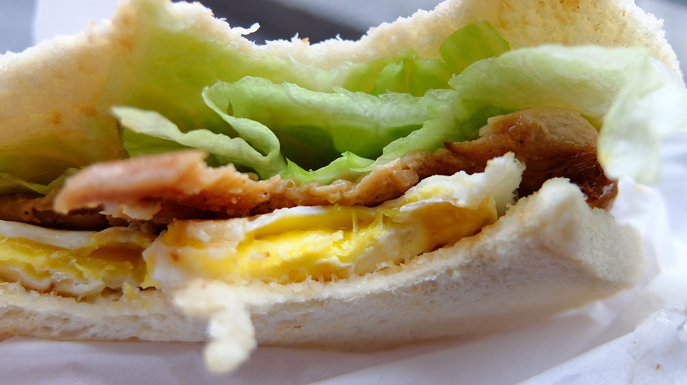 古早味的燒肉,加上荷包蛋與生菜...