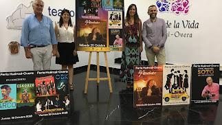 La teniente de alcalde, Mónica Navarro, y los concejales en la presentación del cartel.