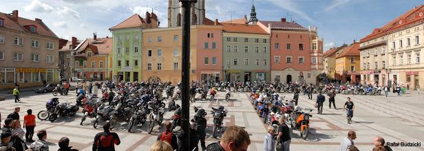 Photo: Zdjęcie rodzinne na rynku w Złotoryi. Motocykle ustawiliśmy w napis IZI.