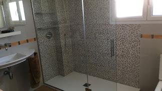 Ducha nueva ocupando el hueco de una antigua bañera.
