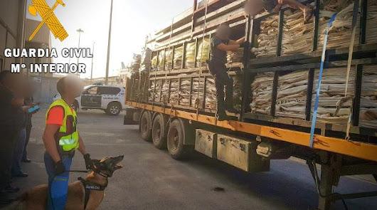 Auxilian en el puerto a dos personas que intentaban acceder ocultas en camiones