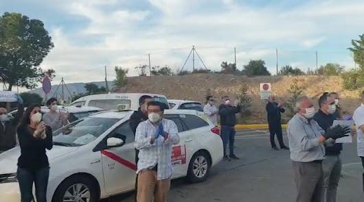 La asociación Taxi Almería homenajea a los sanitarios en Torrecárdenas