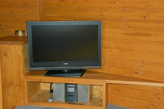 Photo: 32型薄型テレビとオーディオプレイヤー 超薄电视和音响 TV & stereo
