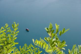 Photo: Järvellä kulki useita pieniä veneitä, jotka kuljettivat turisteja rannalta saarelle. Näkymä linnakkeelta.