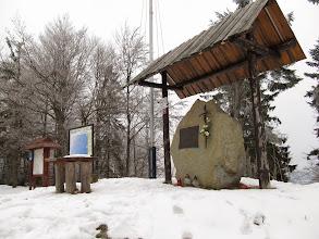 Photo: 18...pamiątkowy kamień poświęcony, a jakże, Janowi Pawłowi II, maszt z brudną i poszarpaną polską flagą (co na to nasi narodowcy?) i mapa.