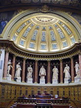 Photo: The smaller hemicycle is supported by eight columns of stucco, between which are seven statues of renowned legislators.