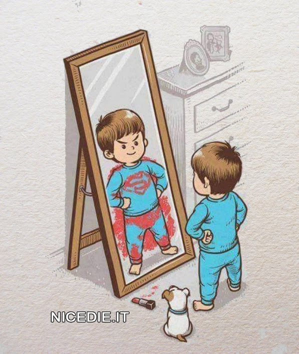 un bimbo si specchia. ha macchiato lo specchio con il rossetto della mamma ora ha la s di superman e il mantello