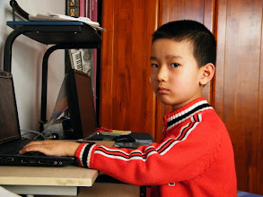 Photo: baby son, warrenzh 朱楚甲, ower of warozhu.com and wozon.net, Hope of China, refused to be shot while gaming at home.