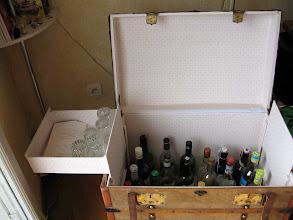 Photo: en plus du ctp pose d'un papier de tapisserie. les deux tiroirs s'escamotent pour l'accès aux bouteilles.