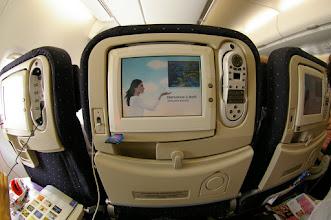 Photo: Écran Multimédia avec télécommande qui fait aussi office de téléphone et lecteur USB (possibilité de recopier certain contenu multimédia de l'avion)