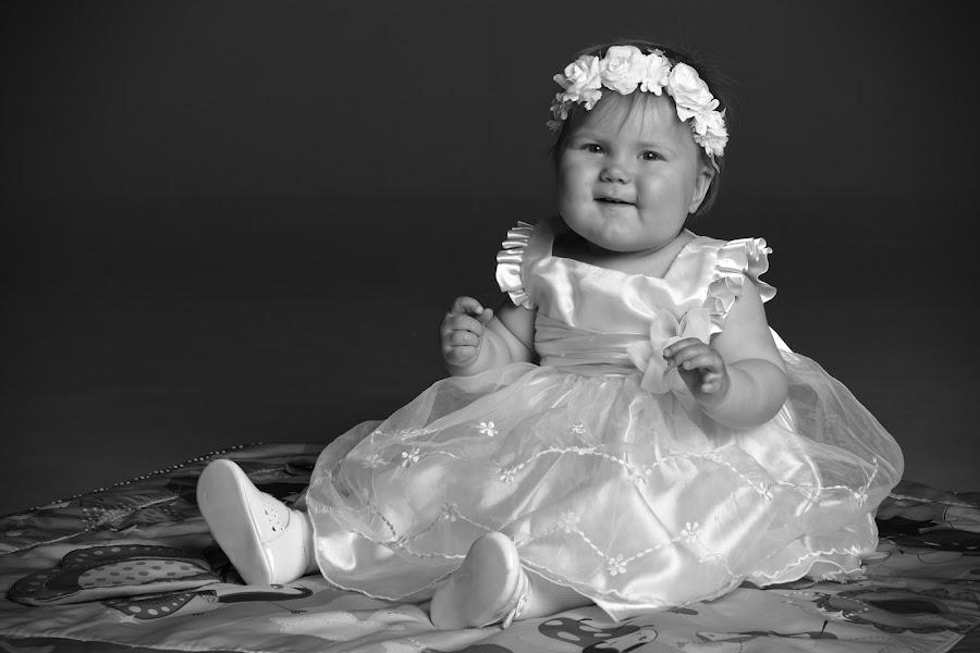 Fanni by Simo Järvinen - Black & White Portraits & People ( studio, child, monochrome, girl, indoor, black and white, people, portrait )