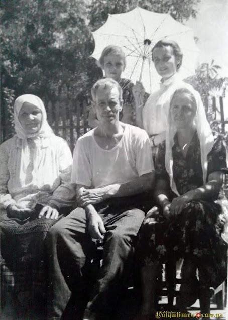 У першому ряді бабуся Олександра Митрофанівна, батько Кузьма Йосипович, 1957 рік, Єйськ.
