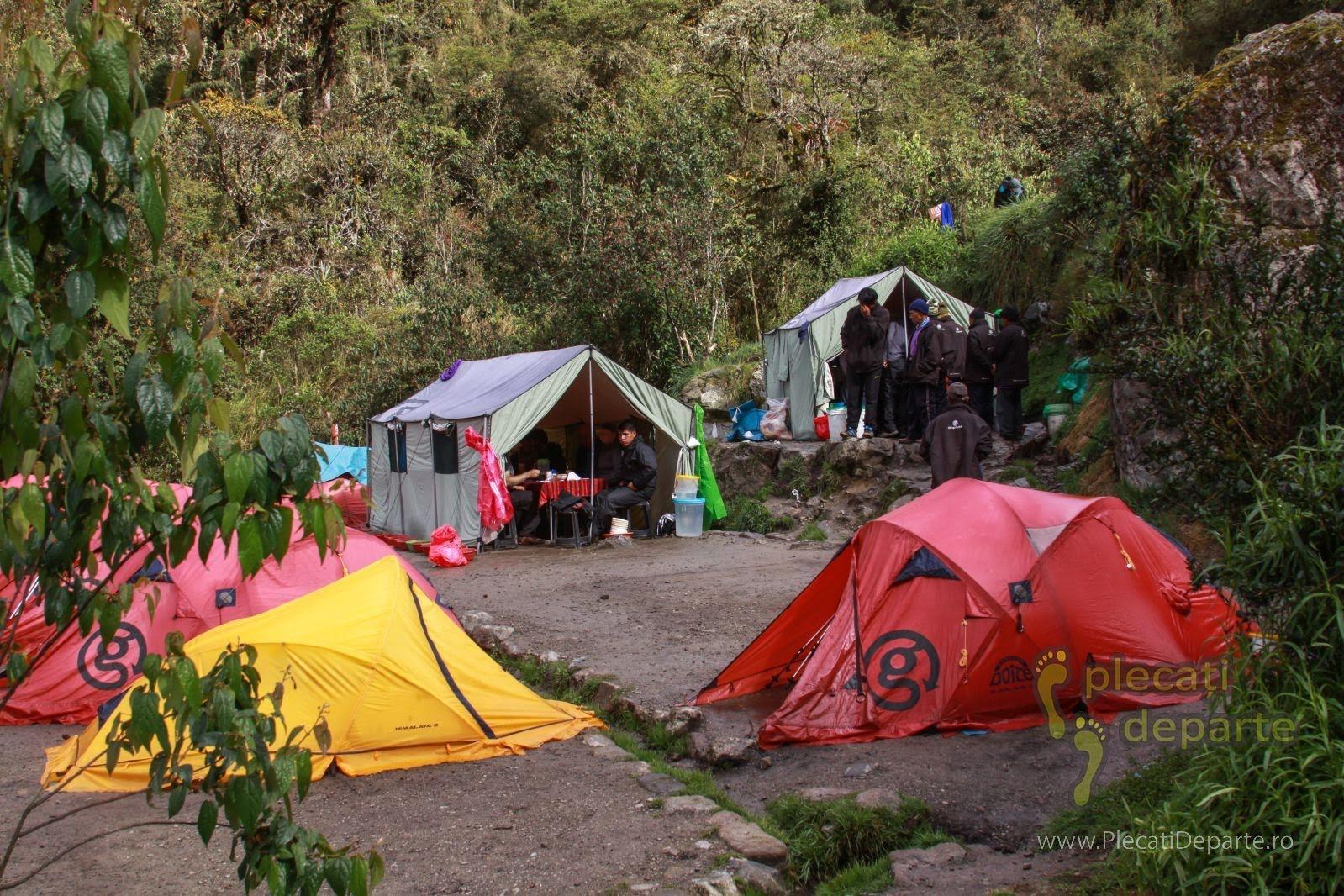 Corturi G Adventures asezate in tabara sau locul de campare pe Inca Trail spre Machu Picchu, in Peru