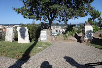 Photo: 9: El Mirador <b>Penedo da Saudade</b> es un parque que me ha encantado, desde el mirador se ve la parte baja de Coimbra, pero su característica principal son las piedras conmemorativas que dejan las promociones de estudiantes...