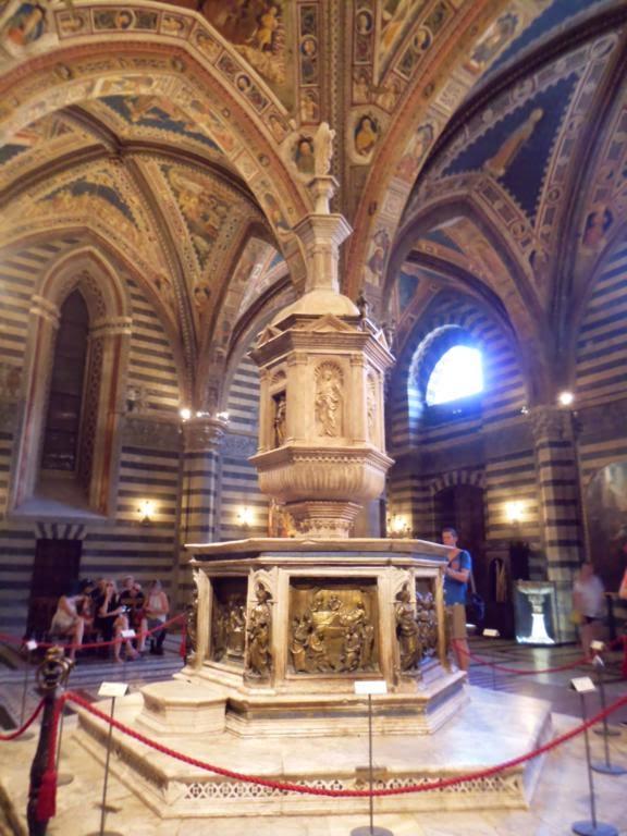 ¿Qué ver en Siena en un día? Pila bautismal en el Baptisterio de San Giovanni