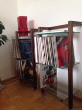 Photo: Nussbaum LP Regale QUADRA mit 3 Glasböden freundlicherweise von unserem Kunden zur Verfügung gestellt. Walnut Vinyl Record shelving unit. Kindly provided by our customer.