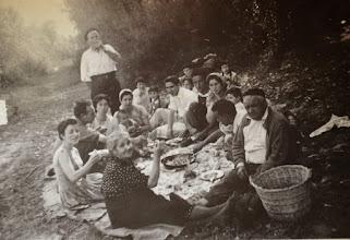 Photo: Comiendo en la Jira. Proveedor: Mireia García. Año: 1958.
