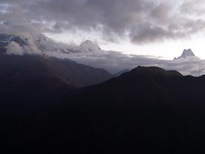 Photo: Machapuchare (rechts) und das Annapurna Massiv