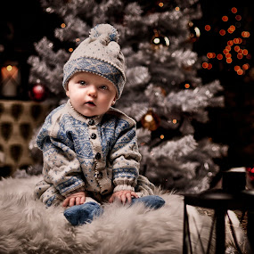 Waiting for santa by Jan Kraft - Babies & Children Child Portraits ( christmas bao cute waiting candels gifts light christmastree )