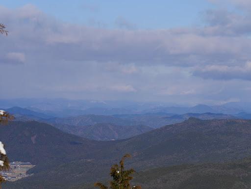 鞍部が胡摩草峠、右に箱岩山