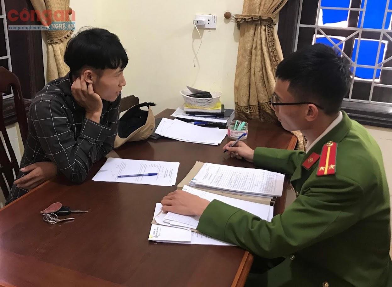 Lực lượng Công an lấy lời khai đối tượng trong chuyên án