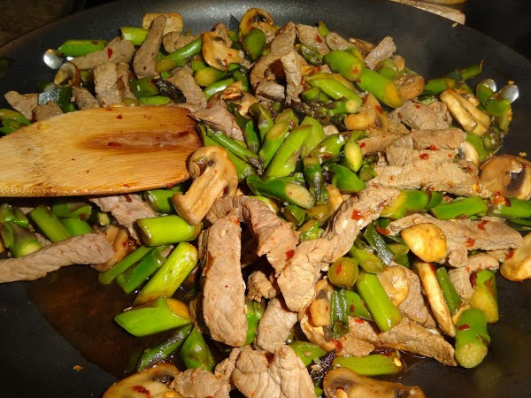 Re-coat skillet with cooking spray.  Add asparagus, mushrooms, red pepper flakes, and green...
