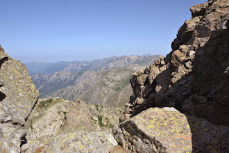 Photo: vľavo vzadu v opare Capo di u Vitullu (1331 m) a Capo d'Orto (1 294 m), v pravej časti zľava úplne vzadu Capu Tafonato (2343m), Paglia Orba (2525m)
