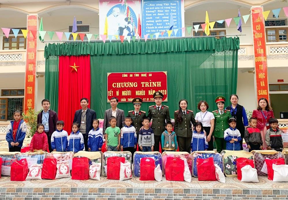 Công đoàn và Hội phụ nữ Công an tỉnh Nghệ An trao quà cho các em học sinh trường tiểu học, trung học cơ sở Châu Thắng, Quỳ Châu