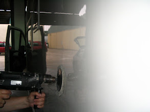 Photo: Por otro lado y al mismo tiempo, se está pulimentando todos los laterales de la auto. Si se observa, se verá donde está trabajando el disco,  de ahí a la parte posterior está pulido. Obsérvese el efecto espejo y brillo.