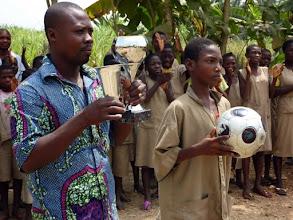 Photo: c'était lors de la réception à l'école de Lokossa qui a subi les ravageuses inondations. Remise symbolique et amicale de coupes et ballon