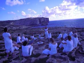 Photo: Erdheilungsritual mit der Ausbildungsgruppe von Ingrid Inaara auf der Insel Gozo