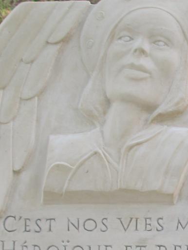 portrait en bas relief d'après photo sur une pierre funéraire
