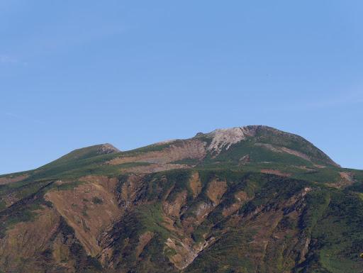 御前峰(手前に赤い屋根の室堂)、左は大汝峰