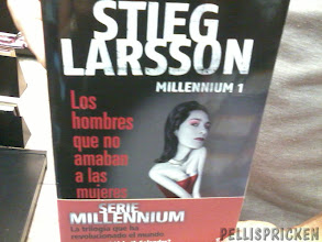 Photo: Tidningskiosken på Alicantes flygplats säljer även Svenska författares alster, översatta till Spanska förstås