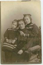 Photo: Распутина (Шулятикова) Анна Михайловна с дочерьми Катей и Наташей. 1907 год.