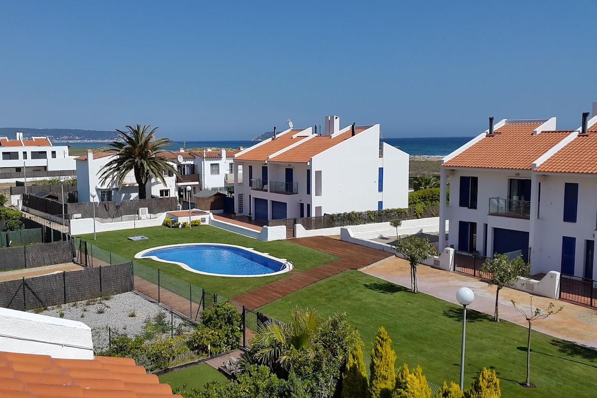Pool, Strand und Meer von der Dachterrasse aus