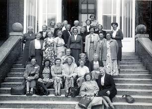 Photo: uitje jaren vijftig vooraan juffr. Sterenborg zittend rechts mevr. Geesje Wilms, 3e van links Tiny Hofsteenge