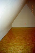 Photo: Ausbau eines Dachgeschosses als Lager und Jugendgästebereich. Die Dämmung wurde zweifach nach ENEV verstärkt. Im Boden durch Holzfaserdämmung mit einer zweifachen Lage USB Holzplatten (ohne sichtbare Schrauben, dreifach klar Lackiert) sowie im Deckenbereich durch auflattung und Mineralwollfüllung.
