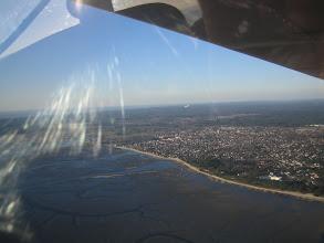 Photo: On arrive sur le Bassin, on me distingue survolant la plage d'Andernos