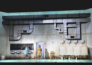 Photo: WIEN/ BURGTHEATER: DER REVISOR von Nikolaj Gogol. Premiere am 4.9.2015. Inszenierung: Alvis Hermanis. Dörte Lyssewski, Maria Happel. Copyright: Barbara Zeininger