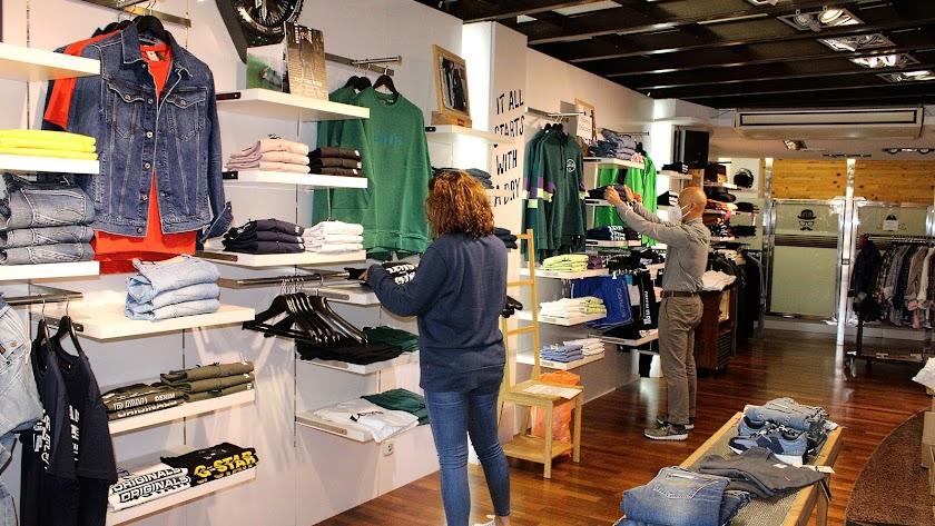 Una tienda de ropa, preparándose para abrir el pasado sábado en la capital.