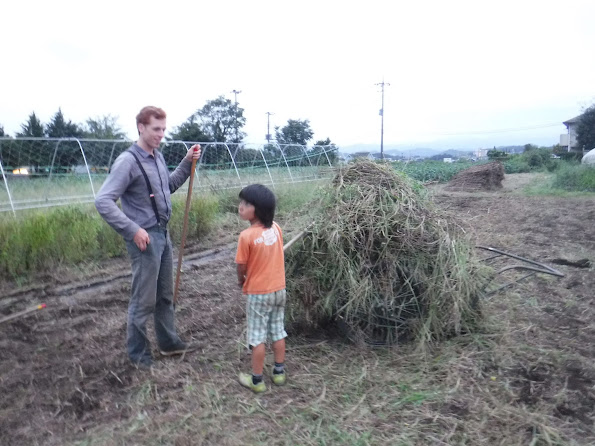 リアカーにてんこ盛りの刈り草とジャンフィ
