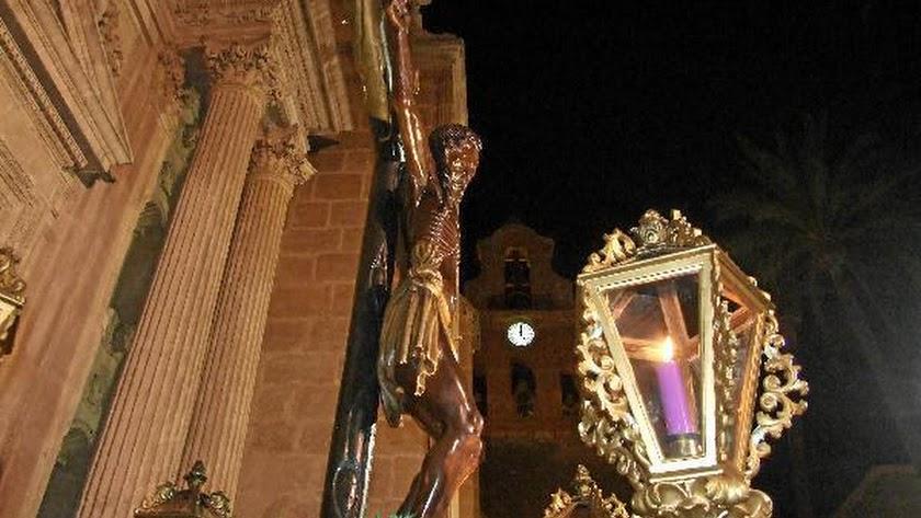 La imagen del Cristo de la Escucha, saliendo de la Catedral.