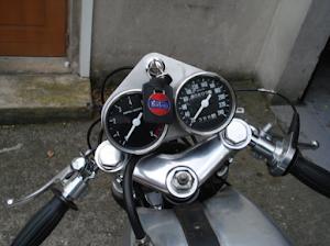 Tableu de bord de l'ex moto de JF Balde restaurée par Machines et moteurs, le spécialiste de la moto anglaise classique