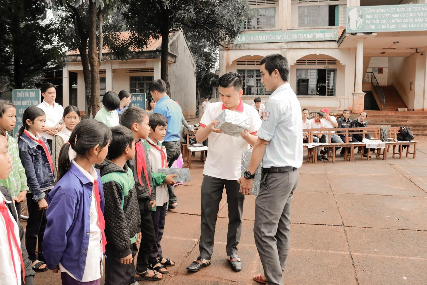 Honda ô tô Gia Lai - Pleiku chia sẻ yêu thương cùng các em học sinh khó khăn trên địa bàn - Ảnh 3