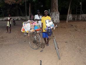 Photo: un vendeur de tout et rien, surtout ici de sous-vêtements féminins !